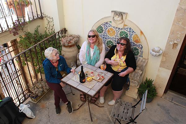 aperitivo apericena with friends