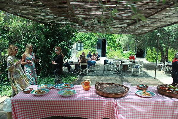 aperitivo apericena in a garden